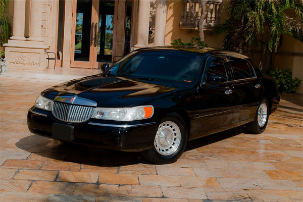 Lincoln Sedan Red-Willow-County Rental